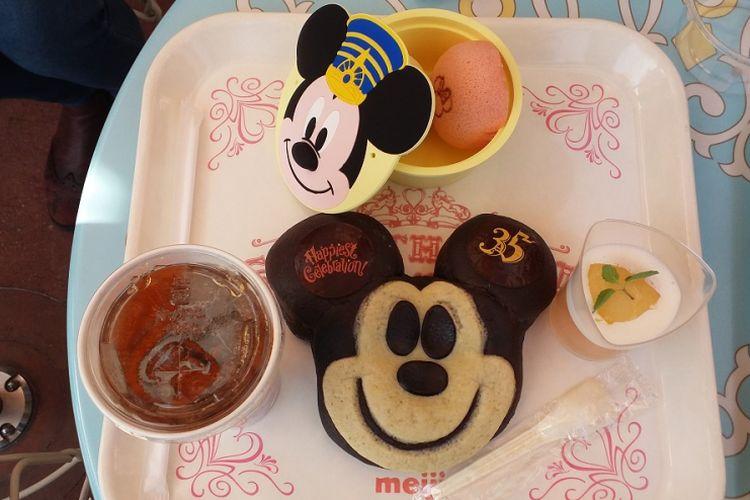 Roti berbentuk kepala Mickey Mouse yang berisi coklat, keju, dan kacang merah yang dibuat sebagai salah satu menu khusus dalam perayaan ulang tahun ke-35 Tokyo Disneyland.