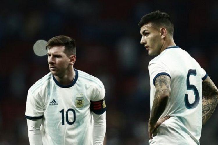 Lionel Messi dan Leandro Paredes tampak kecewa seusai gawang timnya dijebol pada pertandingan Argentina vs Venezuela di Stadion Wanda Metropolitano, 22 Maret 2019.