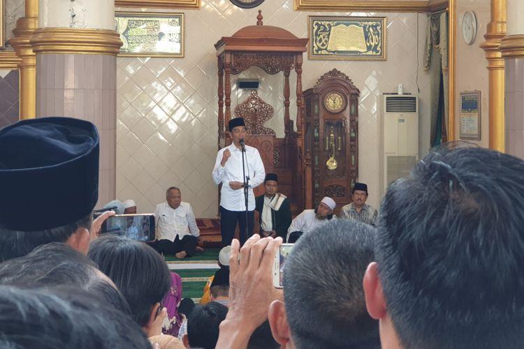 Presiden Joko Widodo shalat Jumat di Masjid Istiqlal, Bandar Jaya, Lampung Tengah, Jumat (8/3/2019). Usai menunaikan ibadah shalat, Jokowi pun membagikan sertifikat wakaf di masjid tersebut.