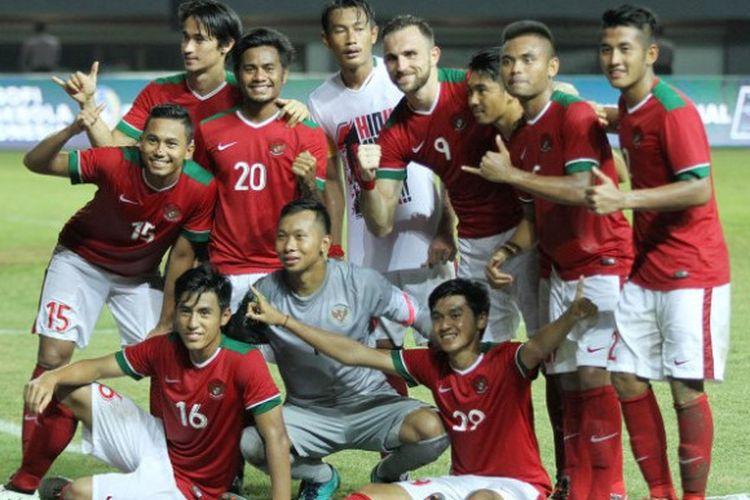Para pemain timnas Indonesia merayakan kemenangan atas Guyana pada pertandingan persahabatan di Stadion Patriot Candrabhaga, Sabtu (25/11/2017).