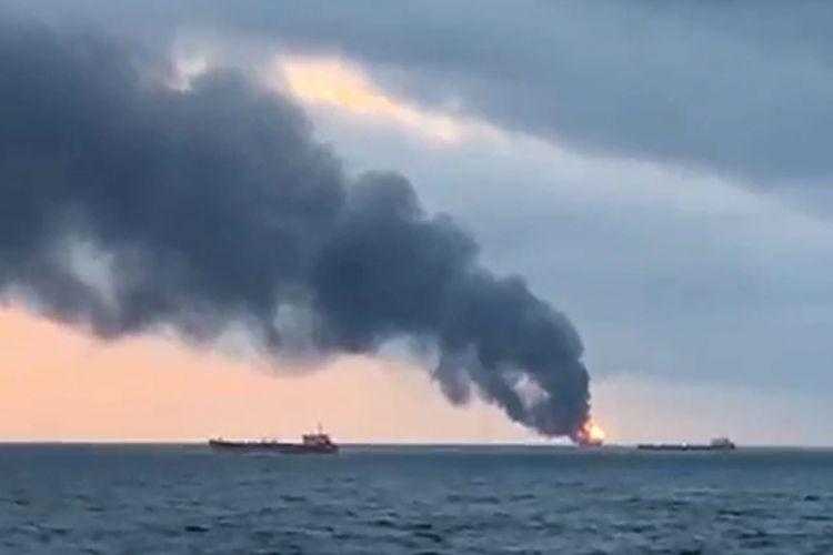 Asap hitam tampak membumbung tinggi dari dua kapal yang terbakar di perairan Crimea di Laut Hitam, Senin (21/1/2019).