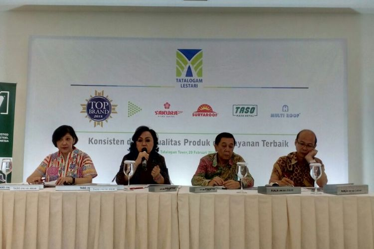 General Manager Sales & Marketing PT Tatalogam Lestari Tina Handayani Swatanto, CFO Wulani Wihardjono, CEO Yarryanto Rismono Koeswandi, GM Market Development Harsono Mintono saat jumpa pers, di Jakarta, Selasa (20/2/2018).