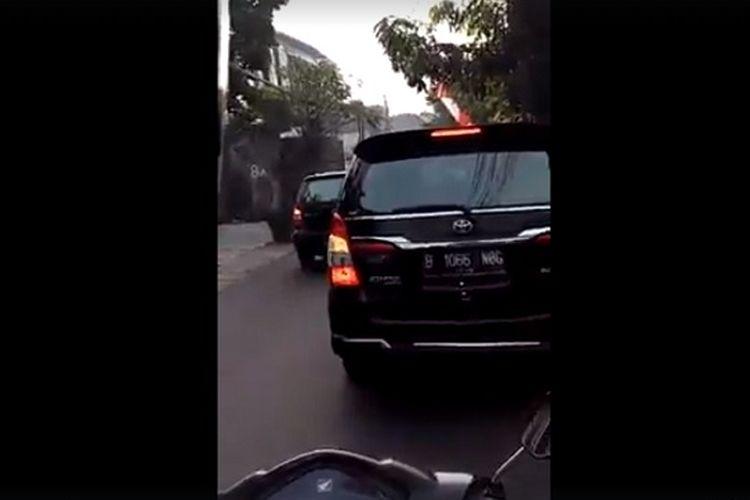 Video oleh seorang ibu sambil mengomeli rombongan mobil gubernur terpilih DKI Anies Baswedan menjadi viral di media sosial. Ibu tersebut menilai rombongan Anies tidak antre di jalan.