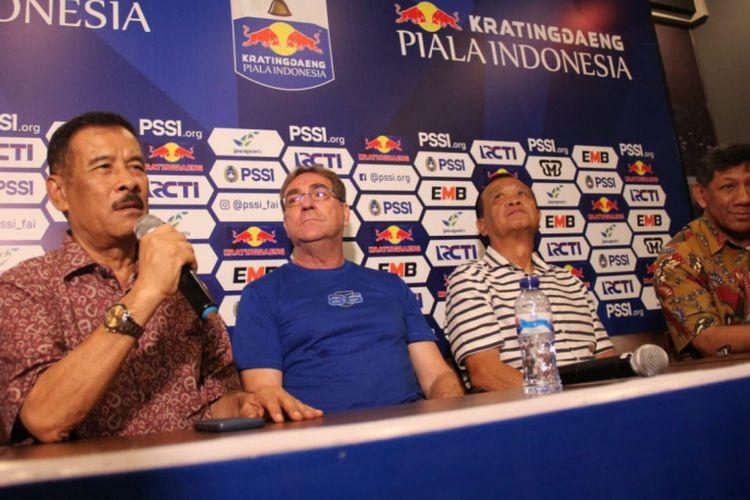 Manajemen Persib saat memperkenalkan Robert Rene Alberts sebagai pelatih baru menggantikan Miljan Radovic di Graha Persib, Jalan Sulanjana, Jumat (3/5/2019).