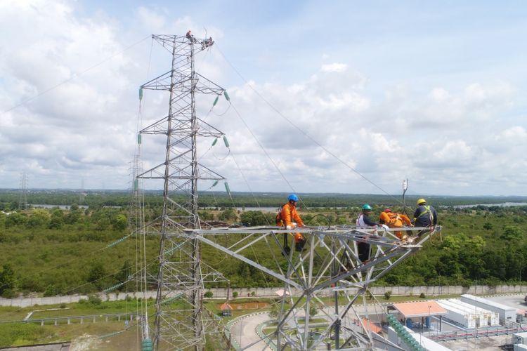 Petugas PLN saat memperbaiki fasilitas transmisi di PLTU Air Anyir, Bangka.