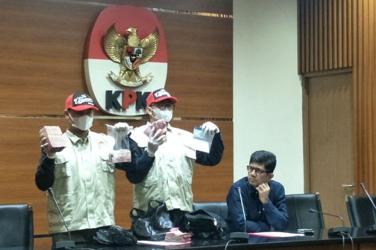 Tim Komisi Pemberantasan Korupsi (KPK) berhasil menyita uang dengan total Rp 227,5 juta saat melakukan operasi tangkap tangan terhadap seorang hakim Pengadilan Negeri (PN) Balikpapan bernama Kayat, pada Jumat (3/5/2019).