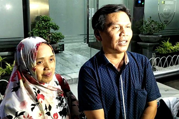 Kedua orang tua Rey Utami, Sulaiman dan Titin saat menjenguk putrinya di Dit Reskrimsus Polda Metro Jaya, Jakarta Selatan, Jumat (12/7/2019).