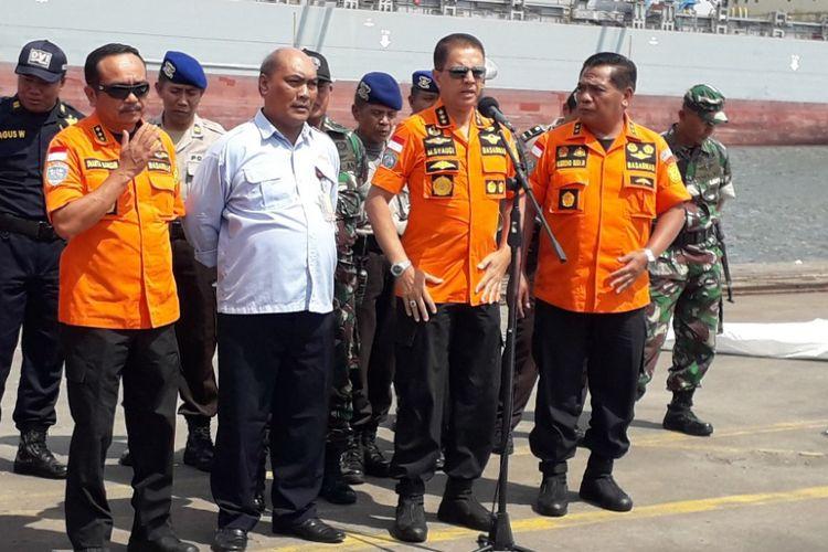 Kepala Badan SAR Nasional Marsekal Madya M Syaugi memberikan keterangan kepada awak media di Dermaga JICT 2 Pelabuhan Tanjung Priok, Sabtu (10/11/2018).