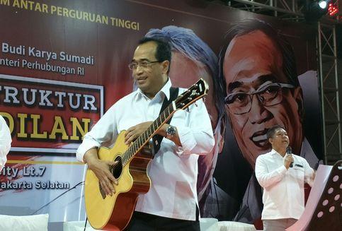 Hobi Main Gitar, Berapa Harga Gitar Milik Menhub Budi Karya?