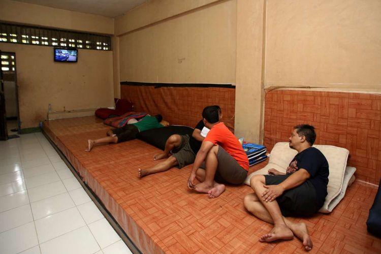 Tahanan menonton televisi di ruang tahanan rutan Markas Kepolisian Daerah Metro Jaya, Jakarta, Rabu (14/2/2018). Kondisi rutan terbesar di Indonesia ini memiliki fasilitas yang cukup nyaman bagi para tahanan.