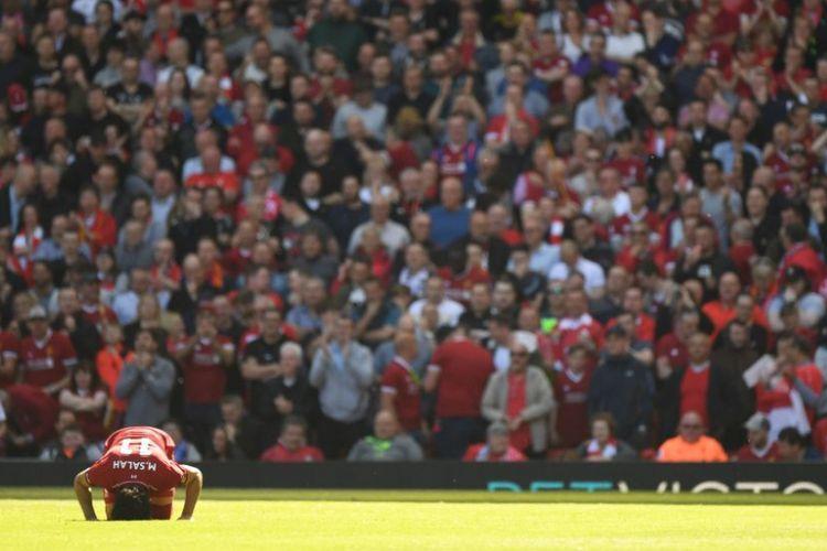 Mohamed Salah bersujud syukur seusai mencetak gol pertama Liverpool ke gawang Brighton & Hove Albion pada pertandingan Premier League di Stadion Anfield, 13 Mei 2018.