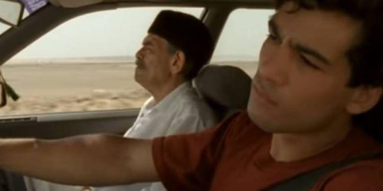 Salah satu cuplikan film Le Grand Voyage ketika Reda dan ayahnya masih dalam perjalanan menuju Mekkah menggunakan mobil.