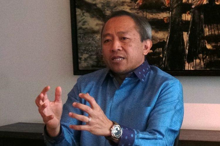 Komisaris Utama PT Liga Indonesia Baru, Glenn Timothy Sugita, berbincang di kantornya pada Senn (25/4/2017).