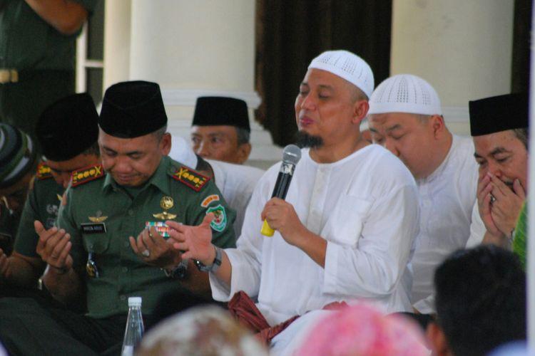 Pimpinan Majelis Az-Zikra Arifin Ilham (berbaju putih, pegang mikrofon), saat memberikan ceramah dan doa bersama di Makorem 061 Bogor, Jawa Barat, Jumat (5/5/2017).