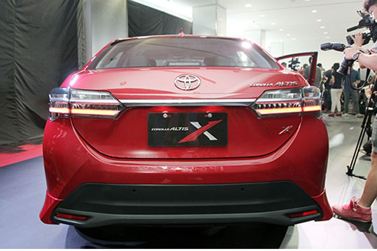 Bagian belakang Toyota Corolla Altis X.