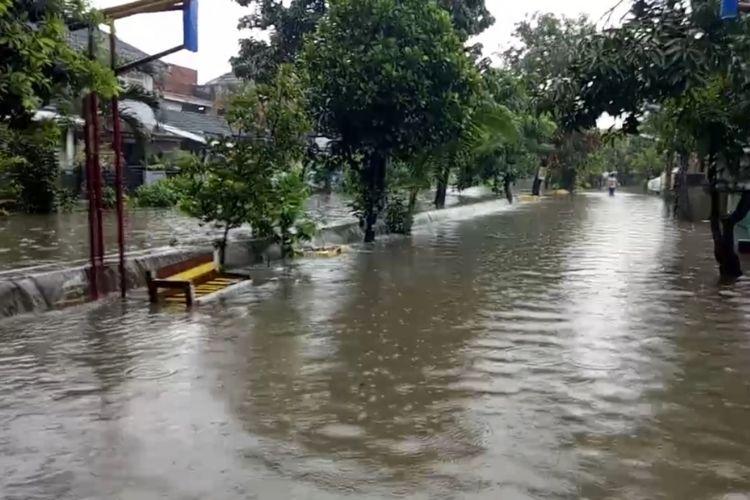 Tampak Perumahan Pondok Hijau Permai, Bekasi Timur, Kota Bekasi tergenang banjir akibat curah hujan tinggi sejak siang hingga sore tadi, Rabu (24/4/2019).