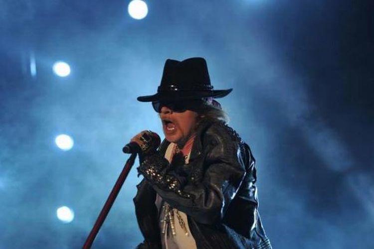 Axl Rose, vokalis Guns N Roses, tampil dalam konser band hard rock dari AS itu di Bangalore, India, 7 Desember 2012.