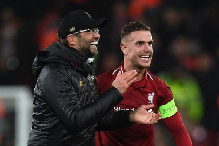 Pelatih Liverpool, Juergen Klopp, bersama Jordan Henderson, memberikan apresiasi kepada para suporter di Stadion Anfield saat berhasil menang 1-0 atas Napoli pada pertandingan babak penyisihan Grup C Liga Champions, Selasa (11/11/2018) atau Rabu dini hari WIB.
