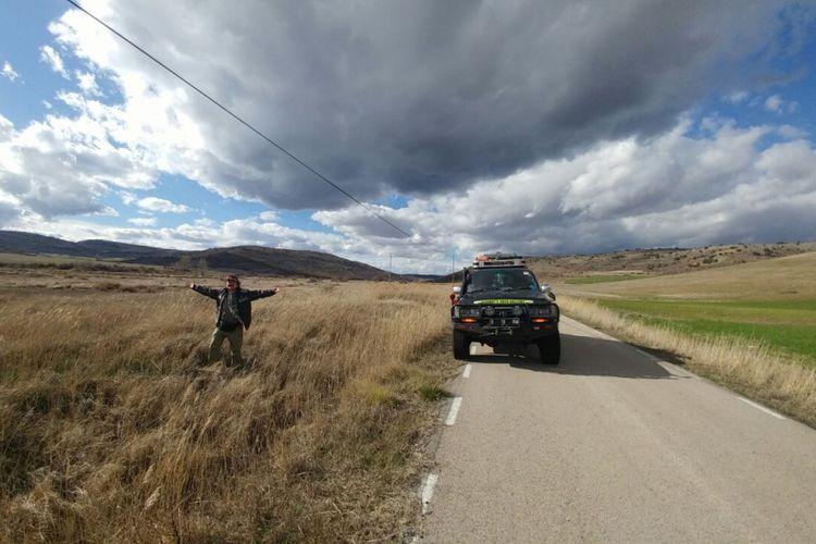 Salah satu anggota tim ekspedisi Happy Go Lucky, Hartawan Setjodoningrat berpose di salah satu wilayah di Eropa yang dilintasi dalam perjalanannya keliling dunia.