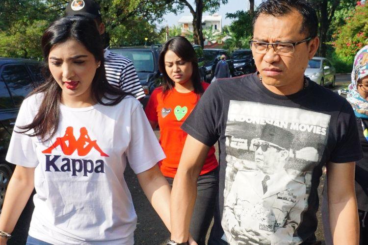 Musisi Anang Hermansyah bersama sang istri, Ashanty Siddik berjalan kakimenuju TPS 89 di kawasan Cinere Mas, Cinere, Depok, Jawa Barat, Rabu (17/4/2019).