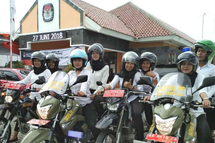 Sejumlah anggota Satpol PP perempuan di Kabupaten Magelang naik motor besar/gede untuk berpatroli mengamankan aset-aset pemerintah di wilayah ini, Selasa (9/1/2018).