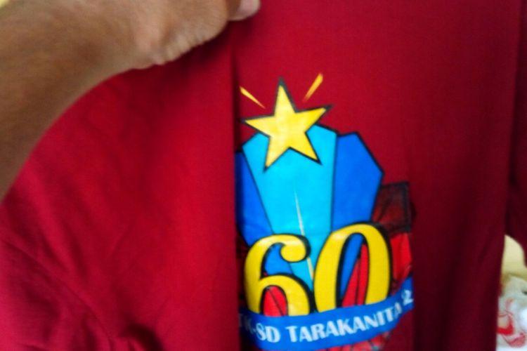 Indro Soecahyo, alumnus angkatan 1981, malahan memanfaatkan ide kreatifnya, membuat dan menjual kaus peringatan reuni untuk lintas angkatan.
