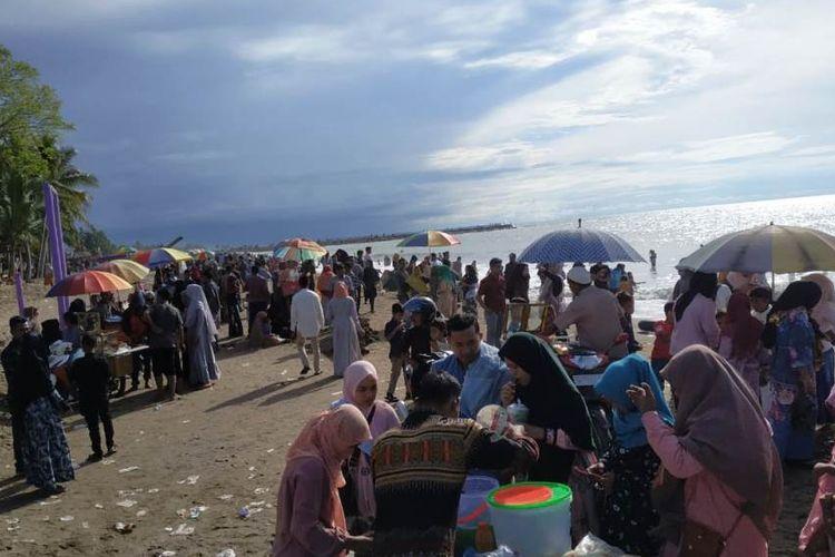 Pengunjung di obyek wisata Pantai Ungu, Desa Lhok Puuk, Kecamatan Seunuddon, Kabupaten Aceh Utara, Aceh, Rabu (12/6/2019).