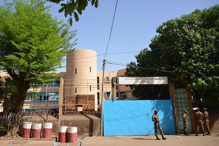 Personil keamanan berjaga di depan markas pasukan pertahanan negara di Ouagadougou, Burkina Faso.