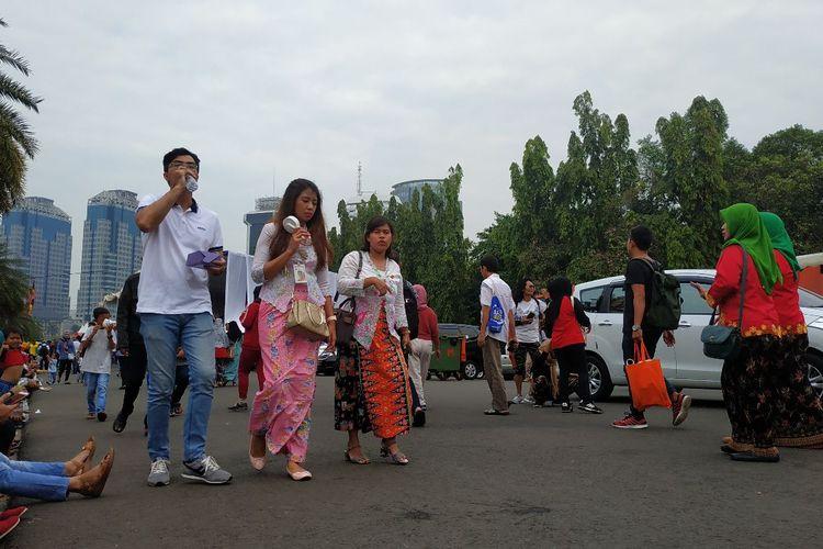 Sejumlah pengunjung acara Lebaran Betawi di Monas, Jakarta Pusat tampak mengenakan pakaian Betawi, Sabtu (20/7/2019).
