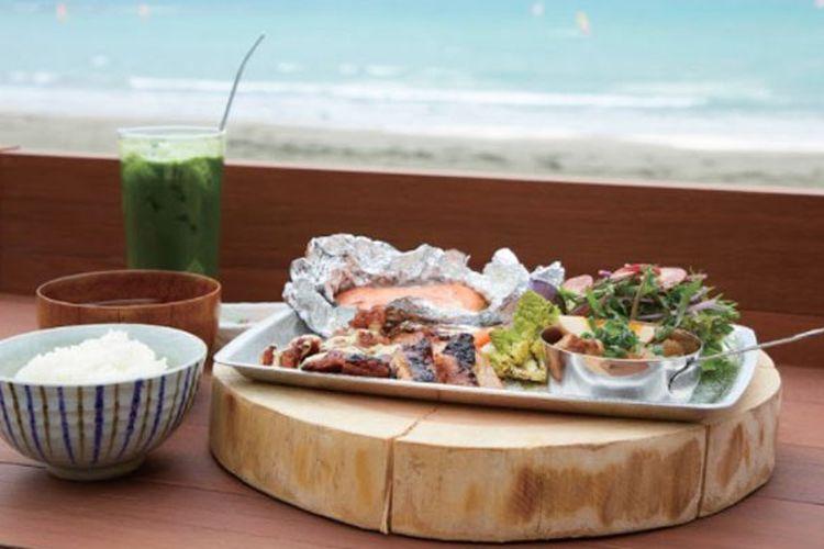 Kamakura adalah sebuah kota yang berada di pesisir pantai Prefektur Kanagawa, selatan Tokyo. Penduduk kamakura menyukai restoran Umizoi no Kikori Shokudo. Restoran ini terletak di Zaimokuza, dan baru dibuka pada April 2017.
