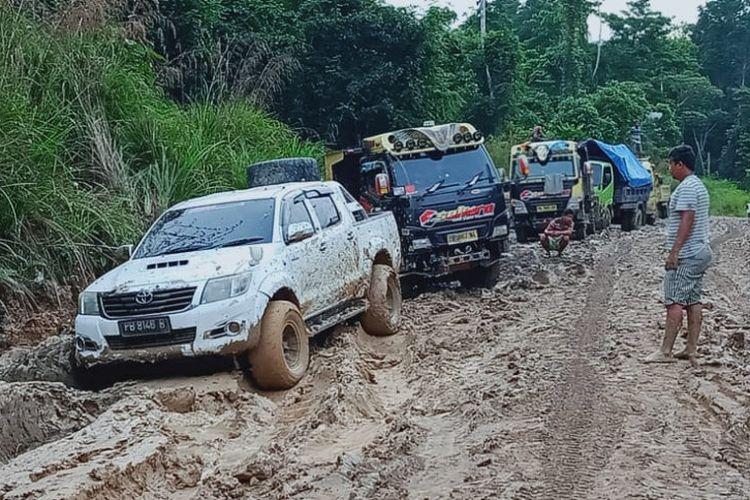 Kendaraan yang terjebak kemacetan dirias jalan trans Papua Barat, Mameh, Distrik Tahota, Kabupaten Manokwari Selatan.