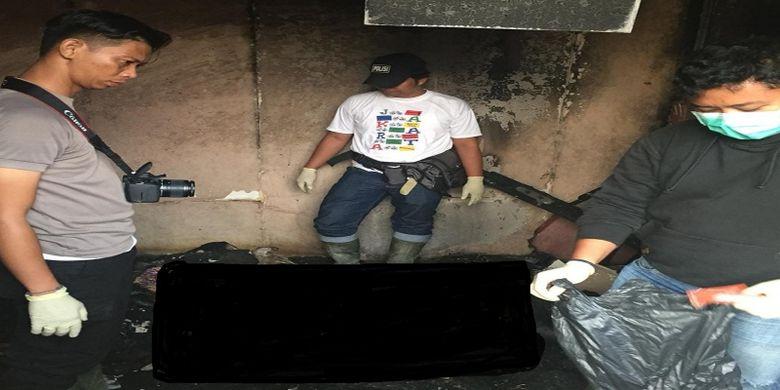 Tim forensik sedang meneliti kondisi kamar pada salah satu barak perusahaan PT AGU yang terbakar, Rabu (12/9/2018)