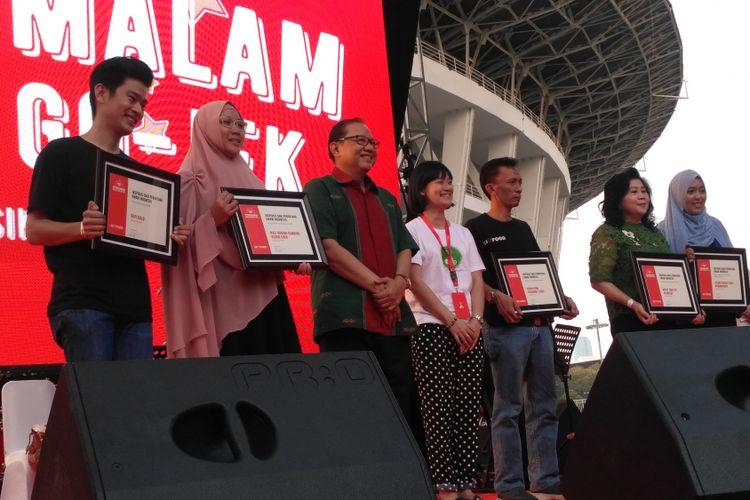 Sejumlah UKM bidang makanan yang tergabung sebagai mitra Go-Jek mendapat penghargaan dalam acara Pasar Malam Hari Kuliner Nasional Go-Food di Gelora Bung Karno, Senayan, Jakarta, Jumat (11/5/2018).