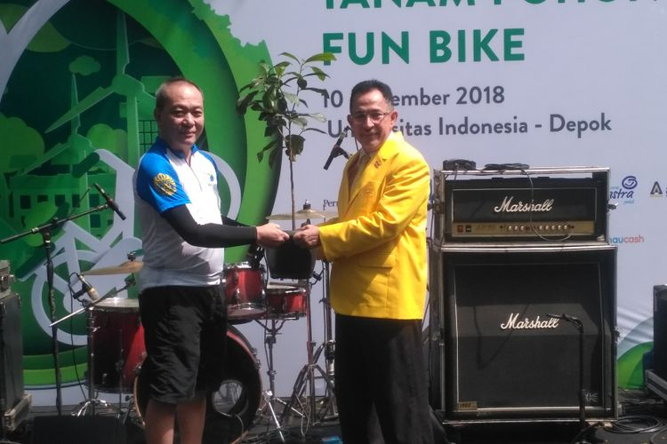 Penyerahan simbolis bibit pohon oleh Direktur Astra Financial Suparno Djasmin dan Rektor Universitas Indonesia MUhammad Anis di kompleks UI, Depok, Sabtu (10/11/2018).
