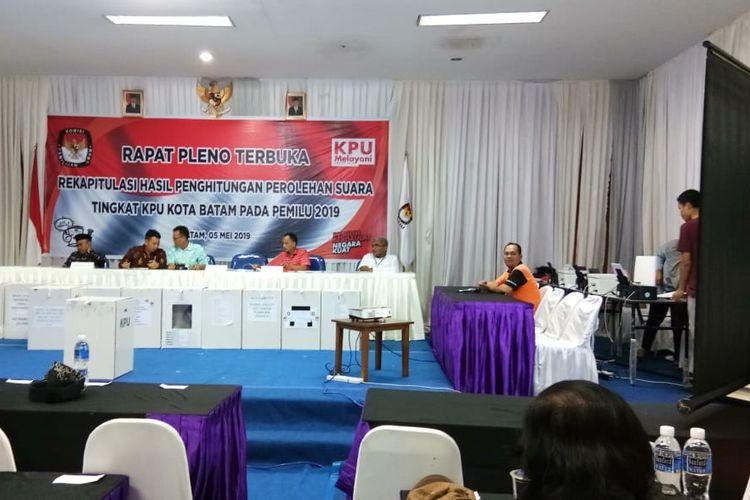 Meski sempat beberapa kali mendapatkan penundaan, akhirnya rapat pleno yang dilakukan Komisi Pemilihan Umum (KPU) Batam, Kepulauan Riau sejak, Senin (6/5/2019) lalu hingga Minggu (12/5/2019) tengah malam tadi, rampung.