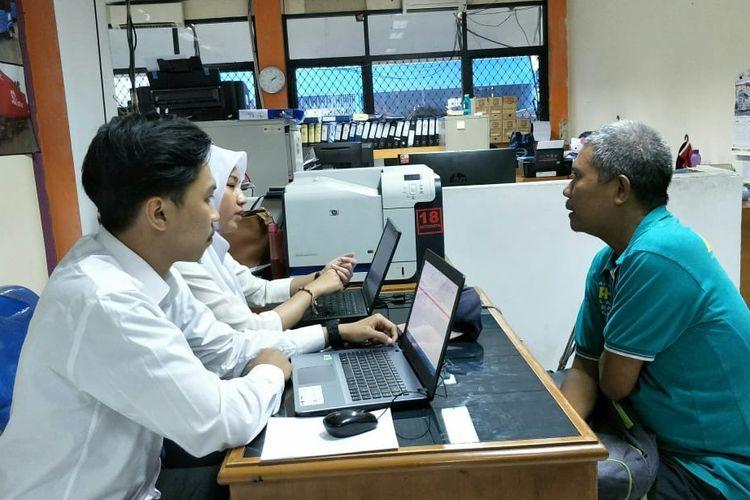Salah satu warga saat menanyakan mudik gratis 2019 di kantor Dinas Perhubungan DKI Jakarta, Senin (15/4/2019)