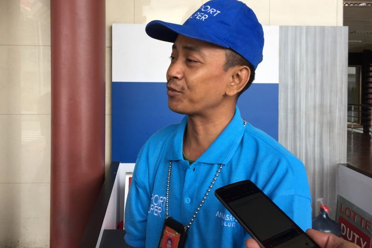 Sukri, seorang airport helper di Terminal 2 Bandara Soekarno-Hatta, Selasa (10/10/2017), saat menceritakan pengalamannya ketika menghadapi penumpang yang mau memberi uang tip. Tangan kanan Sukri sempat bengkak setelah dipaksa penumpang menerima uang tip beberapa hari lalu.