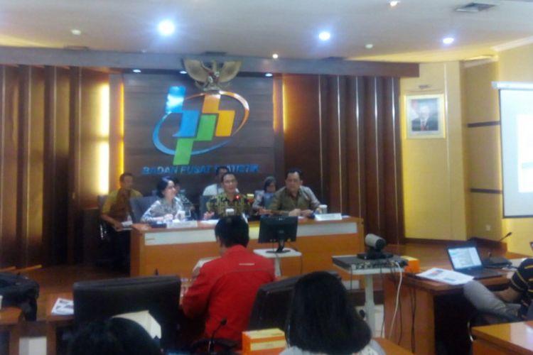Kepala BPS Suhariyanto (tengah) dalam jumpa pers di kantornya, Jakarta Pusat, Jumat (1/2/2019).