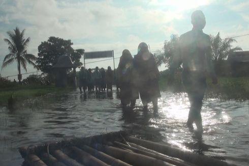 Ratusan Siswa SMKN di Ogan Ilir Berjalan Kaki Tembus Banjir demi Ikuti UNBK