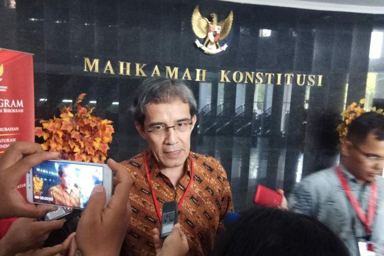 Mantan Komisioner KPU, Hadar Nafis Gumay ditemui usai sidang putusan yang digelar di Mahkamah Konstitusi, Jakarta Pusat, Senin (10/7/2017).