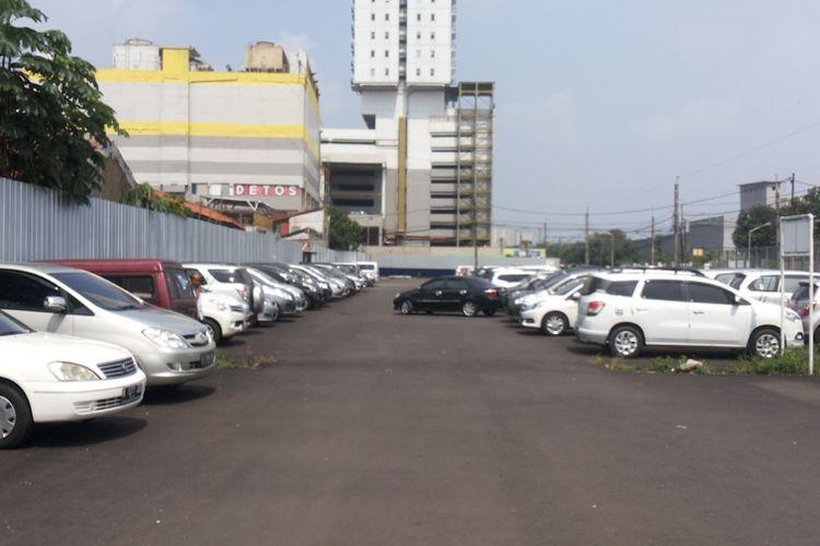 Lahan parkir kendaraan yang ada di Stasiun Pondok Cina, Depok (15/6/2017). Masyarakat Transportasi Indonesia (MTI) menilai tarif parkir di stasiun yang berlaku saat ini terlampau mahal.