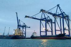Dua Kapal Besar Bersandar di Pelabuhan Kuala Tanjung