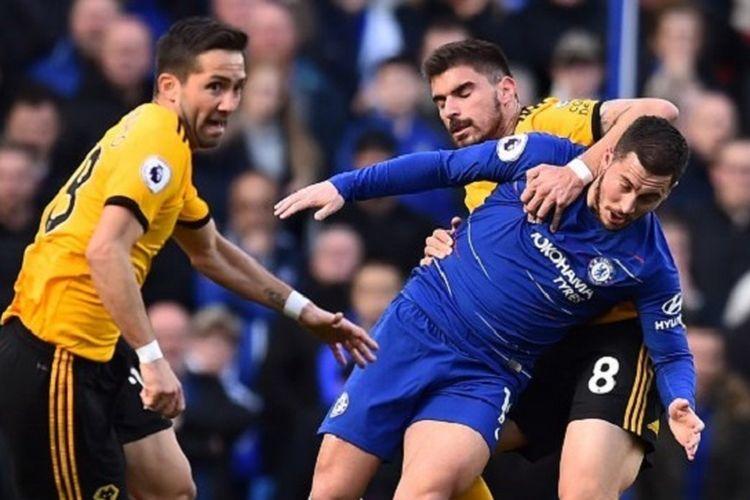 Eden Hazard dilanggar Ruben Neves pada pertandingan Chelsea vs Wolverhampton Wanderers di Stadion Stamford Bridge dalam lanjutan Liga Inggris, 10 Maret 2019.