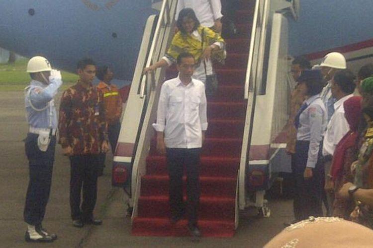 Presiden Joko Widodo, Rabu (29/10), pukul 09.30 WIB, mendarat di Pangkalan TNI AU Soewondo, Medan, Sumatera Utara. Ia tiba di ibu kota Provinsi Sumatera Utara itu setelah terbang sekitar 2 jam menggunakan Pesawat Kepresidenan B737-800 dari Pangkalan TNI AU Halim Perdanakusuma, Jakarta.