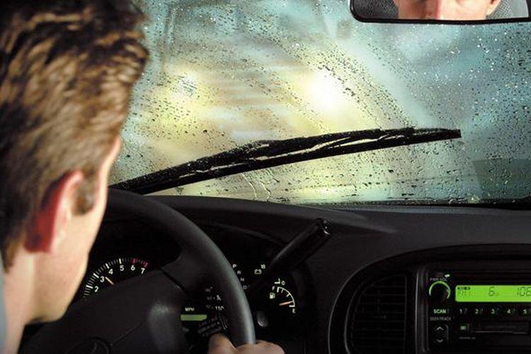 Wiper mobil disaat hujan