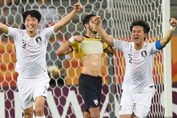 Pemain Korea Selatan Jae-ik Lee (kiri) dan pemain belakang Hwang Tae-hyeon merayakan kemenangan pada semifinal Piala Dunia U-20 atas Ekuador di Lublin, Polandia, pada 11 Juni 2019.
