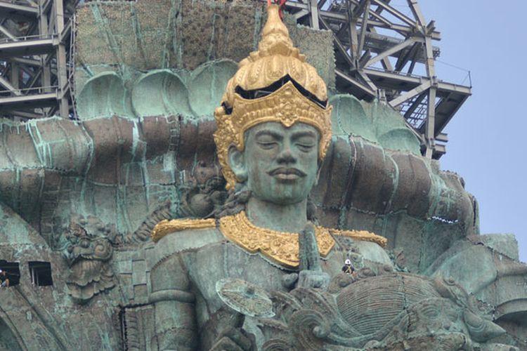 Pekerja menggarap pemasangan Mahkota Dewa Wisnu yang merupakan bagian dari Patung Garuda Wisnu Kencana (GWK) di Ungasan, Badung, Bali, Minggu (20/5/2018). Mahkota Dewa Wisnu tersebut merupakan modul ke-529 dari total 754 modul yang terpasang di patung setinggi 121 meter yang ditargetkan selesai pada Agustus 2018.