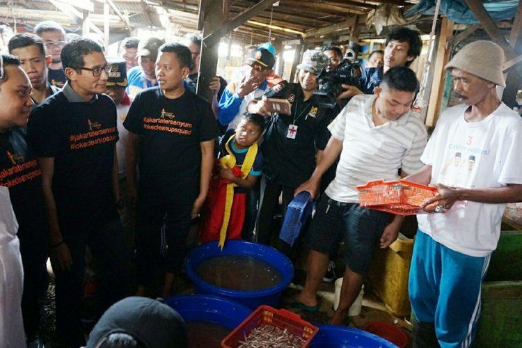 Wakil Gubernur DKI Jakarta Sandiaga Uno meninjau kondisi tempat pelelangan ikan di Kelurahan Kalibaru, Cilincing, Jakarta Utara, Sabtu (13/1/2018).