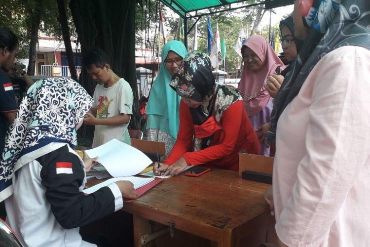 Warga mendaftarkan diri menjadi pengawas Tempat Pemungutan Suara di Kantor Panwascam Koja, Jakarta Utara, Selasa (12/2/2019).