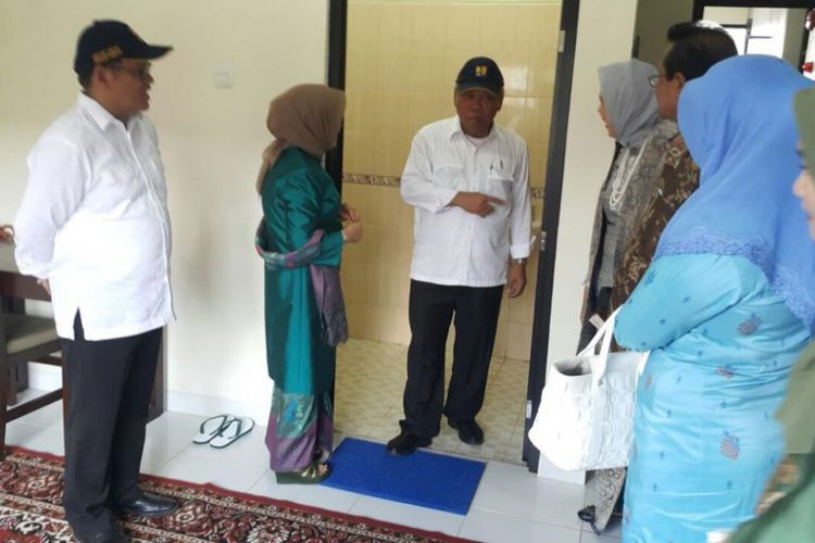 Mente   ri PUPR, Basuki Hadimuljono, mendampingi Ketua Dekranas RI, Mufida Jusuf Kalla, meresmikan Rusunawa yang berada di Sentra Industri Tenun Songket di Lintau, Kabupaten Tanah Datar, Sumatera Barat, Selasa, (8/5/2018).